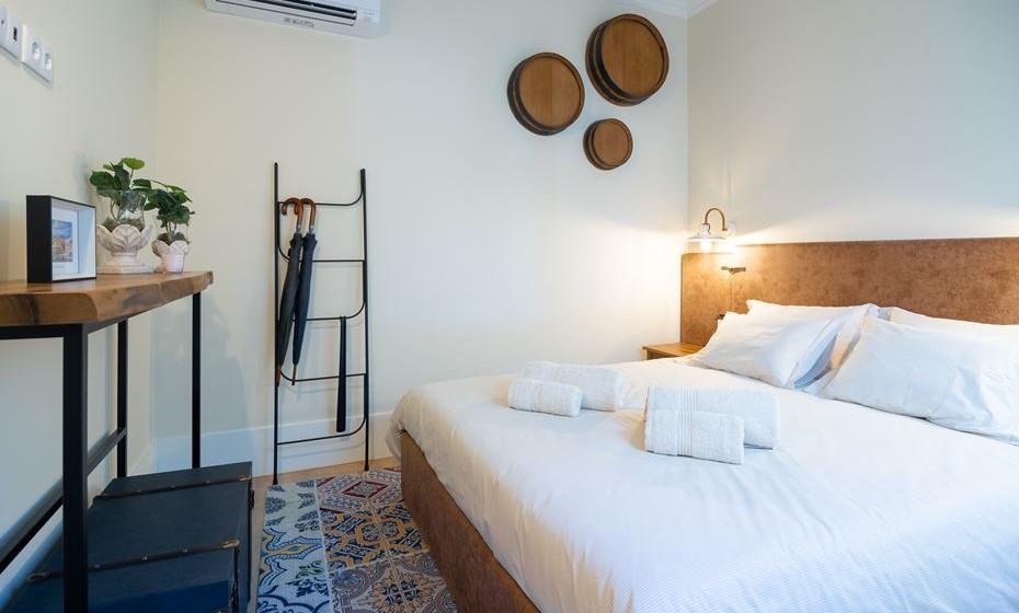 Como estamos no centro do Porto, perto da zona ribeirinha, completamos o look do quarto com três metades de pipas e colocamos na parede, como uma referência ao comércio do vinho do Porto efectuado naquela zona.