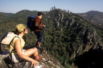 Visitar as aldeias que serpenteiam a Serra do Açor abre um portal para o Portugal de antigamente. Aqui descobre um casario em pedra que mostra os costumes de outrora, tradições que se se perpetuam e sabores característicos desta terra. Vamos lá?