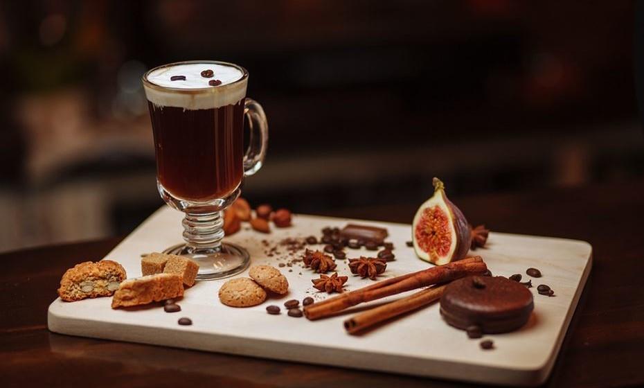 Irlandês: É a fusão do café com o whisky irlandês, coberta com uma camada de creme ou chantilly.