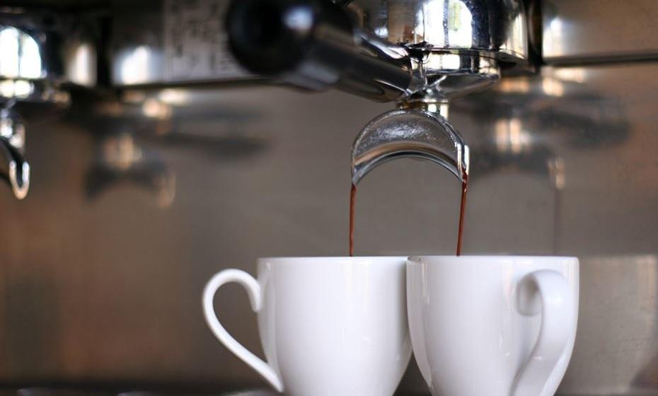 Expresso ou Espresso: Para o café ser considerado um expresso ele deve ter 35 ml do mais puro café, moído bem fino e extraído através da pressão de uma máquina adequada, usando água muito quente. Se chamarmos de café expresso, a grafia é com 'x'. No entanto, por se tratar de um nome próprio, pode escrever-se espresso com 's'.