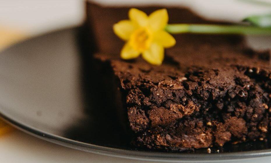 Veja como continuar a comer chocolate, mas sem ver os ponteiros da balança a subir.