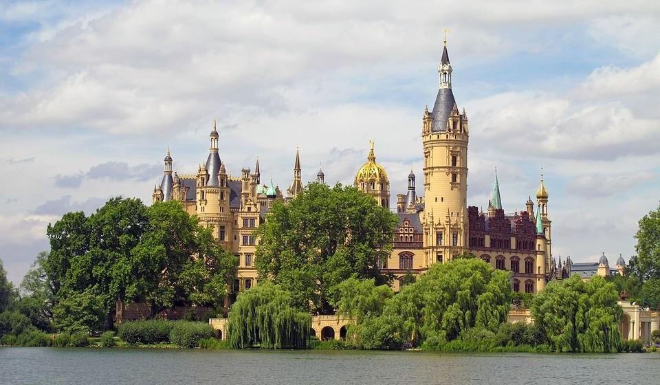 """Rostock, Alemanha - Este não é um destino muito conhecido dos viajantes, mas é um incrível destino europeu. A primeira universidade na Europa foi fundada em Rostock e é por isso que Rostock é chamada de """"cidade da luz"""". As suas muitas fachadas coloridas são perfeitas, tão especiais e cheias de charme. Visite o castelo de conto de fadas Scwherin e passeie pelos jardins do castelo."""