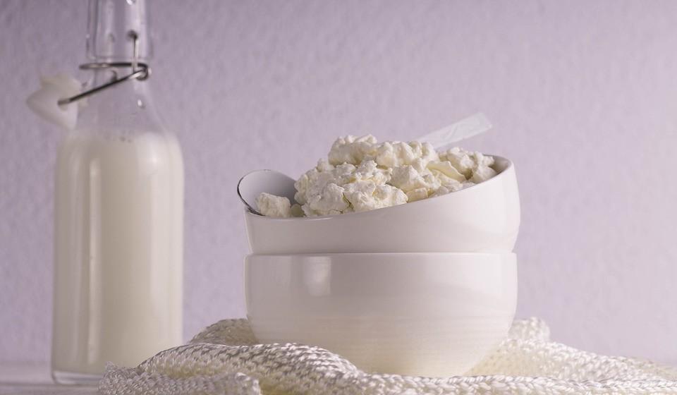 Assemelha-se a um queijo fresco light - O queijo cottage é semelhante a um queijo fresco light. Por isso mesmo, não passa por um processo de envelhecimento ou amadurecimento para aumentar o sabor. A sua textura é suave, branca e tem um baixo teor de gordura.