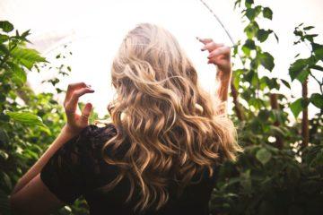 Há uma panóplia de alimentos que contribuem para a saúde capilar. Com mais tempo para cozinhar neste tempo de confinamento, desfrute de forma imaginativa dos sabores ao mesmo tempo que cuida do seu cabelo.