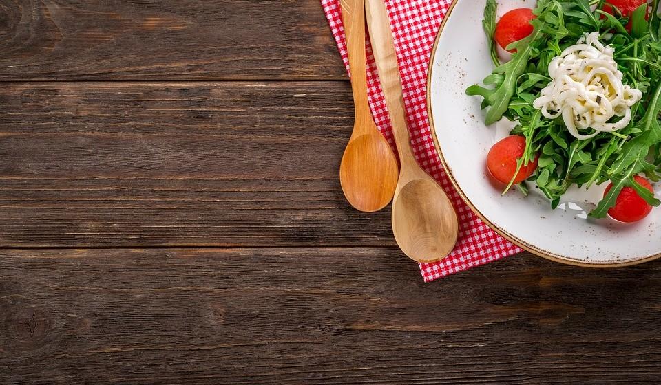 Ocupar ¾ do prato com alimentos de origem vegetal e o restante ¼ com alimentos de origem animal.