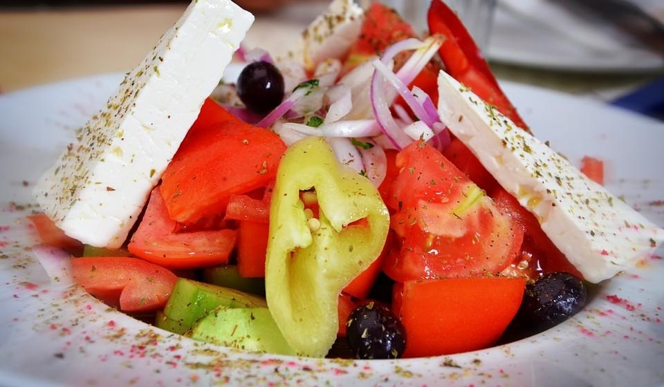 Feta –  Este queijo grego  é mais rico em sal, mas mais pobre em calorias do que outros queijos.