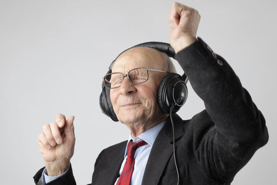 homem idoso a cantar e dançar