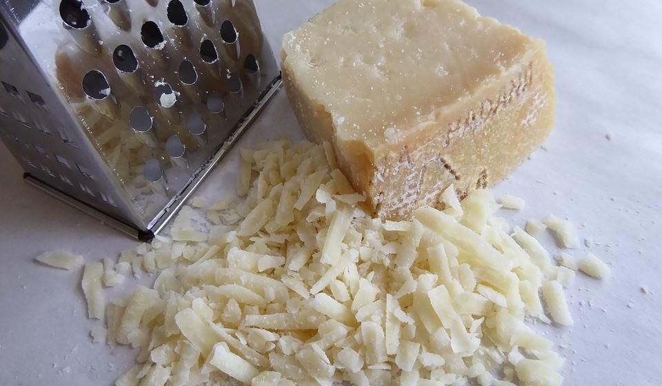 Parmesão – Este queijo tem lactose baixa, é rico em cálcio e em fósforo, podendo promover a saúde dos ossos.