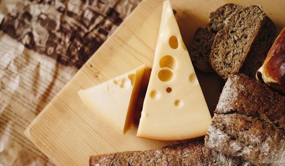 Queijo suíço – O queijo suíço tem menos gordura e sódio do que a maioria dos outros queijos e oferece compostos que podem ajudar a baixar a pressão arterial.