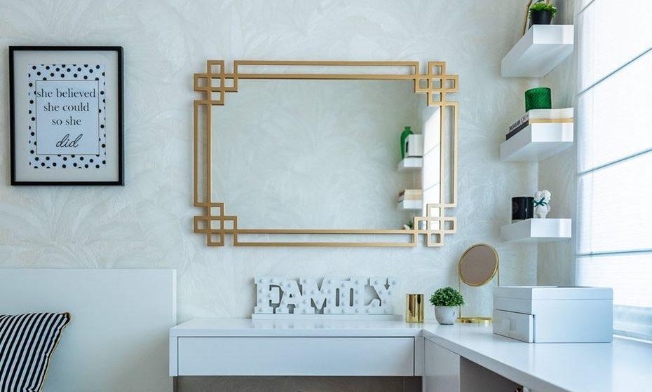 Toque final com um moderno e intemporal papel de parede Versace com textura e padrão de palmeiras em tom marfim.