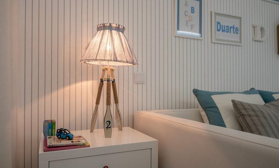 Riscas, padrões florais e com texturas simples normalmente são os mais indicados para quartos e salas.