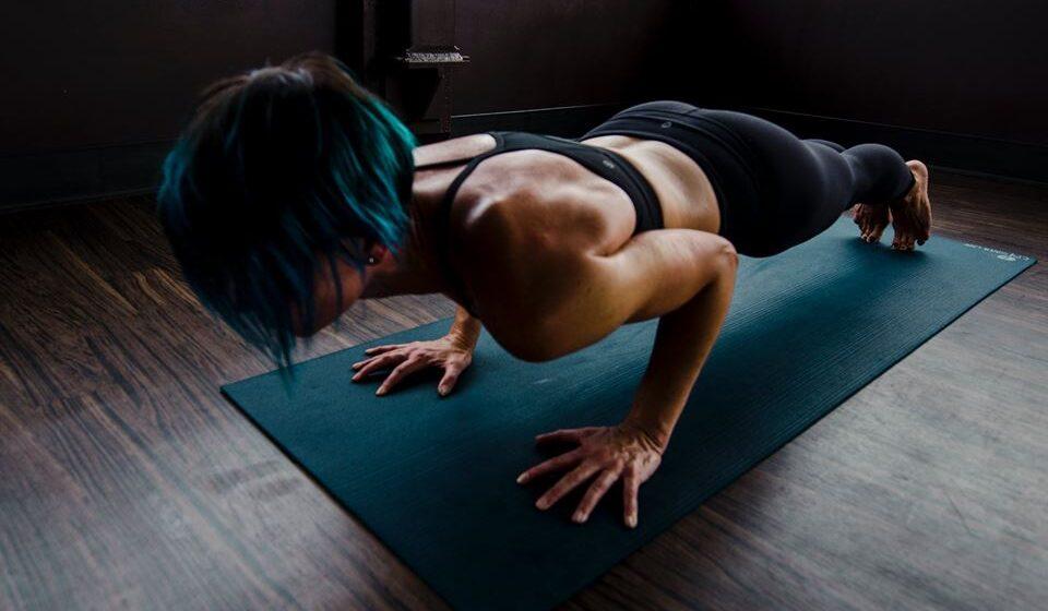 Para manter a força muscular e o equilíbrio pode realizar exercícios com o apoio de cadeiras, garrafas de água ou com o peso do próprio corpo.