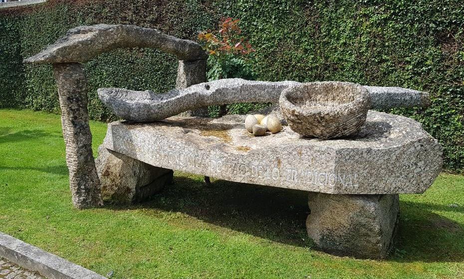 Junto a este monumento de homenagem ao Bolinhol, a sua criadora fala sobre a deiciosa receita.