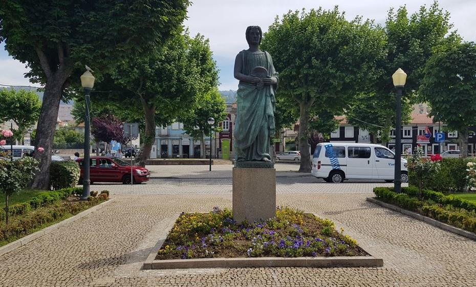 Junto à estátua da Vizela Romana fica-se a saber mais sobre  tempos históricos da cidade.