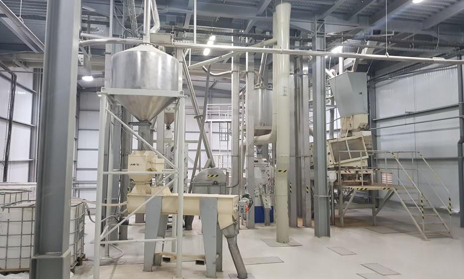 Interior da fábrica de arroz
