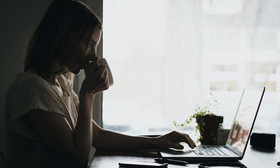 Sabia que passamos mais tempo sentados do que a dormir? Segundo os especialistas, uma pessoa fica em média 9,3 horas diárias sentada. E isso não é bom para nós. Veja como contrariar essa situação.