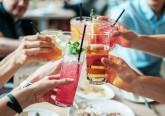 Porque nem todos os alimentos são iguais, o que se come antes de ingerir álcool pode ter um grande impacto na forma como a pessoa se sente no final da noite e na manhã seguinte. Conheça de seguida os 15 alimentos que deve privilegiar no caso de planear uma noitada, pois ajudam a atenuar os efeitos do álcool.