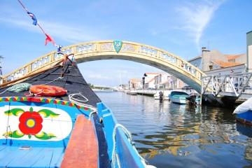 Moliceiro a navegar na Ria de Aveiro.