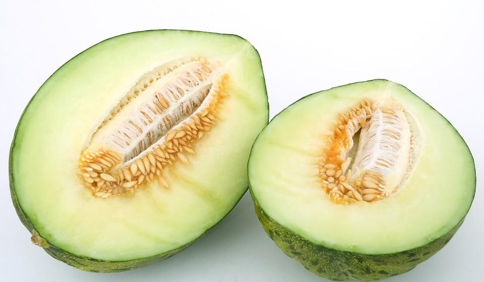 Melão - Os melões são muito ricos em água e podem ajudar a manter a hidratação. Também são ricos em eletrólitos importantes, como o potássio, que pode rapidamente esgotar-se com o consumo excessivo de álcool.
