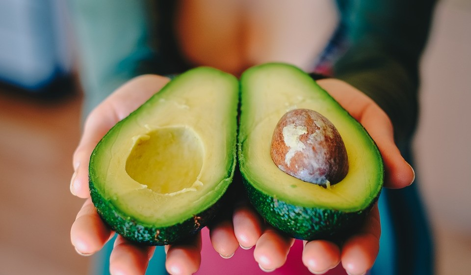 Abacate - Rico em gorduras monoinsaturadas saudáveis para o coração, o abacate é um dos melhores alimentos que se pode comer antes de ingerir álcool. Isso porque a gordura leva muito mais tempo para digerir do que as proteínas ou os hidratos de carbono, o que pode ajudar a retardar a absorção do álcool na corrente sanguínea. Também é rico em potássio, o que ajuda a equilibrar os eletrólitos.