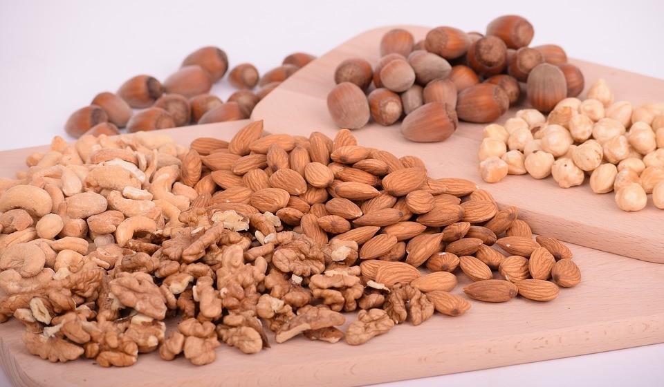 Mistura de frutos secos e sementes – Amêndoas, nozes, sementes de abóbora e sementes de linhaça são ricas em fibras e proteínas, o que pode ajudar a retardar o esvaziamento do estômago e diminuir os efeitos do álcool.  Além disso, são ótimas fontes de magnésio, potássio e cálcio, e todas podem ajudar a evitar distúrbios nos eletrolíticos causados pelo ato de beber álcool.