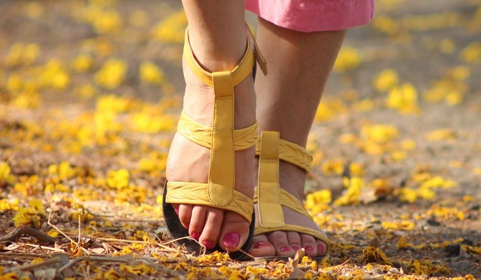 No verão use calçado arejado e que permita a ventilação do pé, uma vez que os sapatos fechados aumentam o calor e a humidade local.