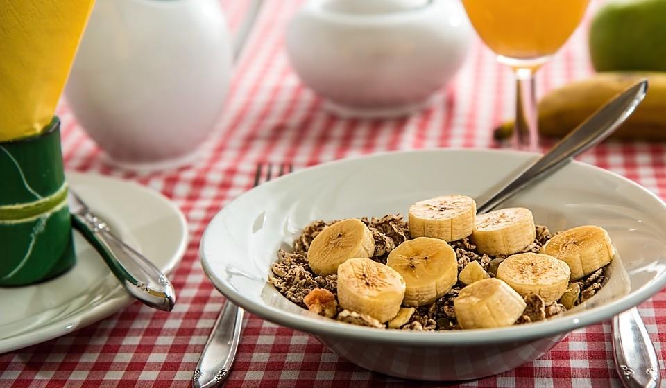 Bananas – A banana é um lanche excelente e portátil para se comer antes de beber, pois ajuda a retardar a absorção do álcool. Além disso, são ricas em potássio, o que pode evitar desequilíbrios nos eletrolíticos associados ao consumo de álcool (10). E como são compostas de quase 75% de água, as bananas também podem ajudar a manter a hidratação.