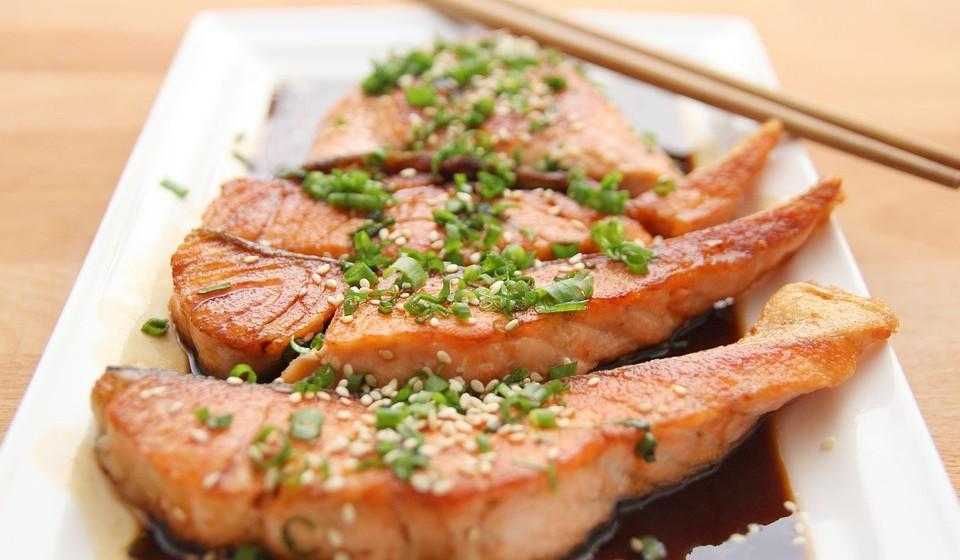 Salmão – O salmão é uma das melhores fontes de ácidos gordos ómega-3, associados a uma infinidade de benefícios à saúde. Algumas pesquisas com animais sugerem que podem ajudar a reduzir alguns dos efeitos nocivos do álcool, incluindo a inflamação no cérebro causada pelo consumo excessivo desta substância. O salmão também é rico em proteínas, o que pode ajudar a retardar a absorção do álcool.