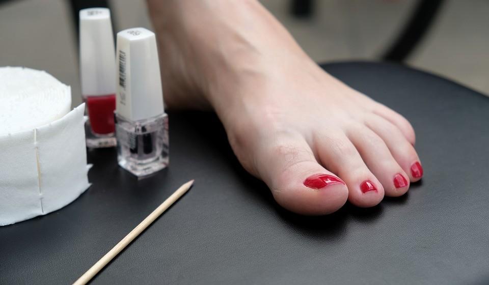 Ao invés de uma tesoura ou corta-unhas, optar por um alicate de pontas retas, de maneira a não cortar as extremidades dos cantos das unhas.