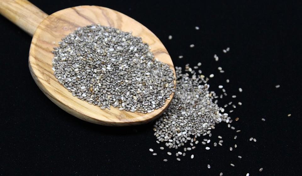 Chia - As sementes de chia são uma grande fonte de fibras e proteínas, além de importantes micronutrientes como o manganês, o magnésio, o fósforo e o cálcio. Em particular, a fibra pode ajudar a retardar o esvaziamento do estômago e a retardar a absorção do álcool na corrente sanguínea. Além disso, as sementes de chia são ricas em antioxidantes, que ajudam a evitar danos nas células e a proteger o fígado.