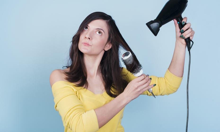 O seu cabelo está desenxabido como este confinamento? Tratar do cabelo é muitas vezes um processo demorado e difícil. Existem várias formas (fáceis) de danificar o cabelo e das quais provavelmente nunca se apercebeu. Esta é uma lista de erros a evitar, para o bem do seu cabelo.