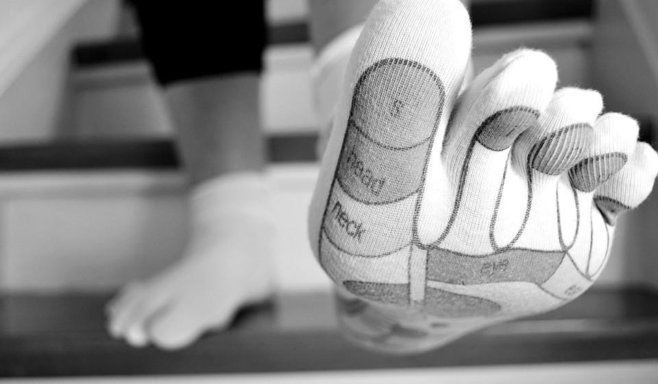 Escolher meias de algodão.