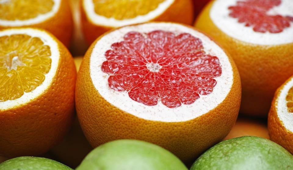Toranja -  A toranja é uma fruta cítrica que fornece uma dose saudável de fibra, vitamina C e vitamina A. Além disso, um estudo de ratos descobriu que beber sumo de toranja aumenta os níveis de várias enzimas envolvidas na função hepática e na desintoxicação.