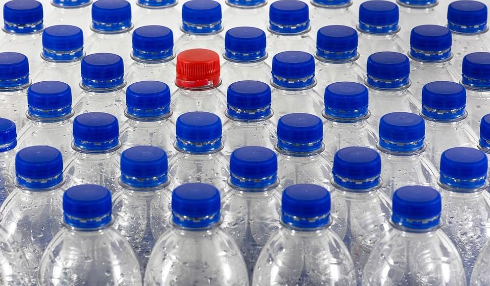 Não use garrafas de plástico - As garrafas de plástico são feitas de resíduos de petróleo e causam inúmeros danos à nossa saúde e ao meio ambiente.
