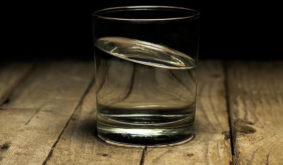 Beba mais água - As pessoas que bebem menos água podem sofrer de exaustão, falta de atenção e problemas de memória. Quanto mais água beber, menos bebidas açucaradas consome.
