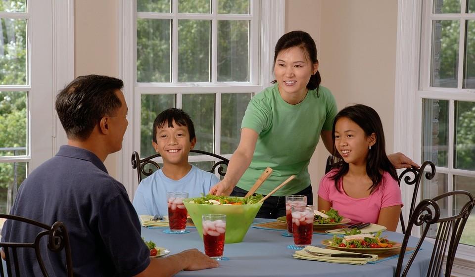Jante em família - Jante com os seus entes queridos numa sala onde, se possível, não haja telefones e TV. Fale sobre o seu dia. Ouça as recomendações uns dos outros. Algumas pesquisas mostram que os jantares em família com os entes queridos têm um efeito psicológico positivo nas crianças que sofrem de obesidade.