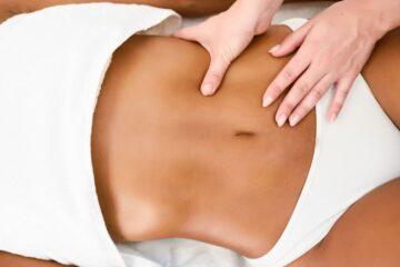 massagem no abdómen de mulher