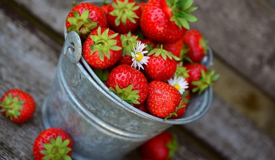 Coma comida saudável - Tente consumir alimentos que são produzidos através de métodos naturais, utilizando técnicas adequadas de fertilização e controlo de ervas daninhas sem o uso de pesticidas e certos produtos químicos.