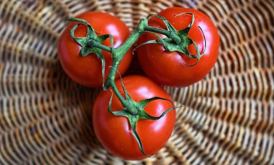 O teor de água dos tomates é de cerca de 95%. Os tomates são baixos em hidratos de carbono e são uma boa fonte de fibras, fornecendo cerca de 1,5 gramas por tomate de tamanho médio. O seu teor de hidratos de carbono consiste, principalmente, em açúcares simples e fibras insolúveis.