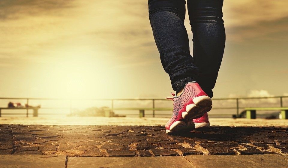 Ande durante uma hora – Sente-se mais feliz quando caminha porque o cérebro segrega endorfina enquanto se caminha. Podemos manter a forma enquanto caminhamos. Os músculos ficam mais fortes, perde-se gordura da barriga, o nível de colesterol diminui e ajuda a superar problemas de peso.