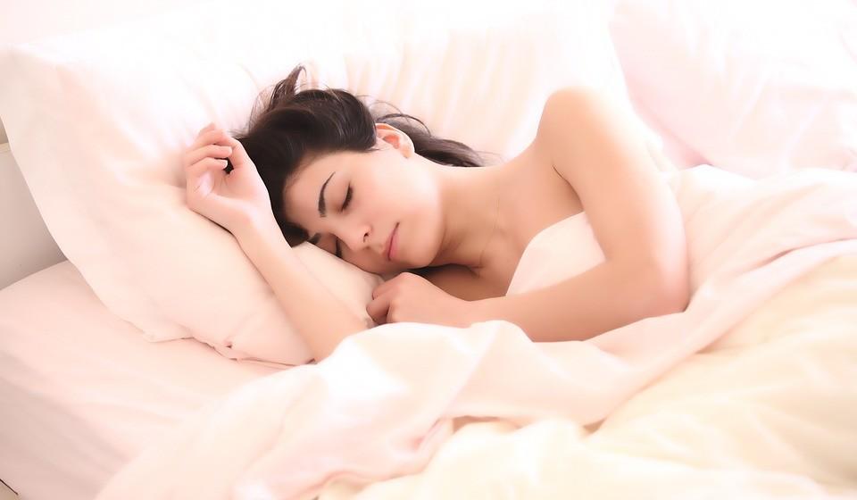 Durma às 22:00 - O sono é um processo crítico durante o qual o nosso corpo regula tudo e se repara a si próprio. Isso retarda o envelhecimento e nos protege de doenças. A HGH (hormona do crescimento humano) é libertada pelo cérebro na corrente sanguínea durante o sono para restaurar o corpo.