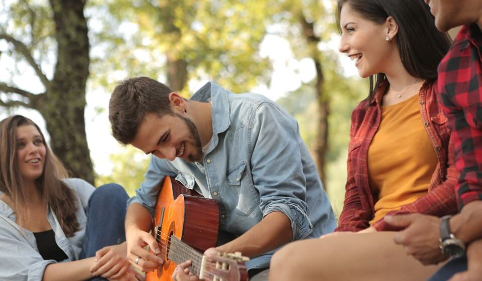 A psicóloga Alexandra Barros explica a importância de manter vivas as amizades e evitar o isolamento total. Veja algumas ideias chave.