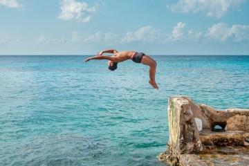 Luís Teixeira, médico ortopedista e presidente da Associação sem fins lucrativos Spine Matters, deixa um conjunto de conselhos e cuidados a ter antes de mergulhar. Veja de seguida.