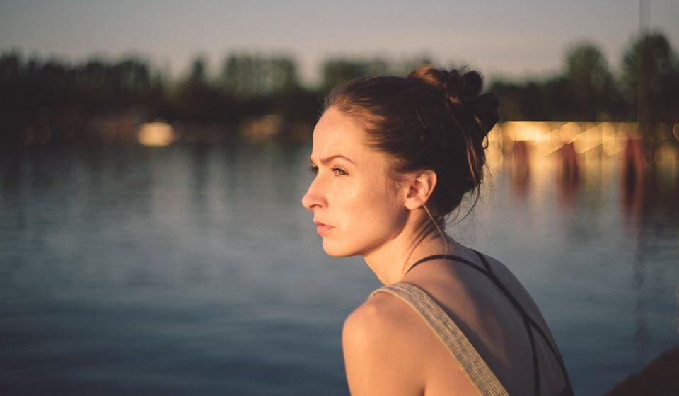 O isolamento pode causar ou agravar o sentimento de solidão, que por sua vez aumenta o risco de depressão e de ansiedade, por exemplo.