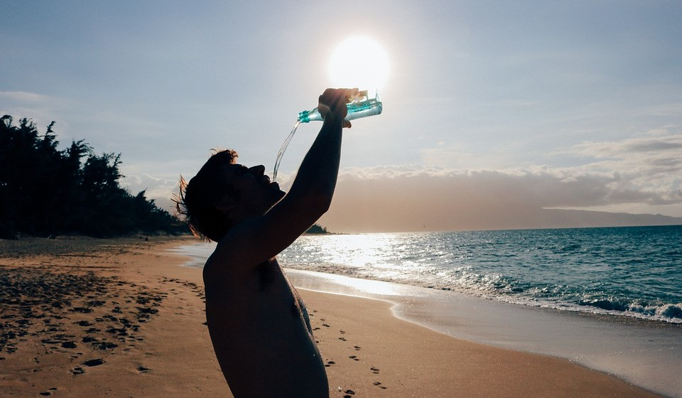 Hidratar é a regra número um na praia e a água deve ser a bebida de eleição.