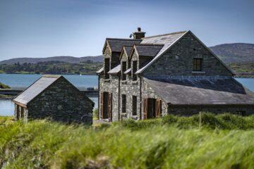 A 'Horse Island' possui uma casa principal, além de outras quatro residências e duas casas de campo. Na ilha existe um heliporto e um cais para ferries, várias embarcações, instalações para desportos aquáticos, um ginásio e um campo de ténis. Fotos: Engel & Völkers Kinsale/Cork