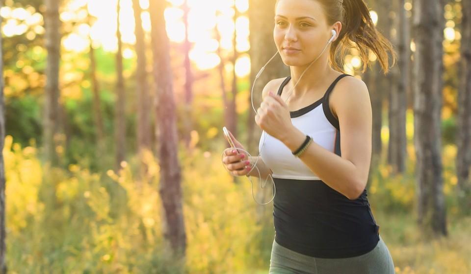 Exercício físico regular – sobretudo ao ar livre – aproveitar o bom tempo para uma atividade física que junta o exercício e a exposição a luz solar será o ideal.