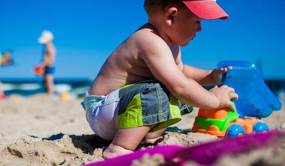Para evitar os riscos devemos ter em atenção o horário de exposição solar, utilizar vestuário e chapéu apropriado, reaplicar protetor de duas em duas horas e beber líquidos generosamente para evitar a desidratação.