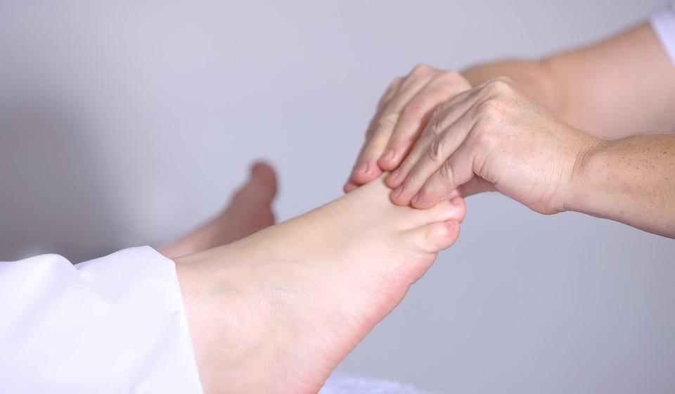 Os benefícios que decorrem das sessões de fisioterapia são diversos, como o alívio da dor, o ganho de amplitude de movimento ou força muscular, o ganho de equilíbrio, a reeducação da marcha, uma melhor função cardíaca e respiratória.