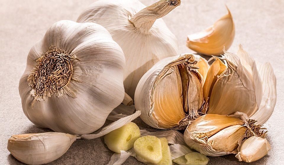 """Alho e salmão: Os dois alimentos juntos podem ajudar a diminuir o risco de problemas no coração, além de ser altamente saboroso. Em 1997, um estudo do """"The American Journal of Nutrition"""" mostrou que quem consumiu diariamente 900 milligramas de alho e 12 gramas de óleo de peixe viu os níveis de colesterol descerem consideravelmente."""